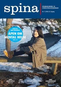 Forsidebilde til medlemsbladet Spina nr. 1 2018. Viser en ung dame som sitter på en trebenk.