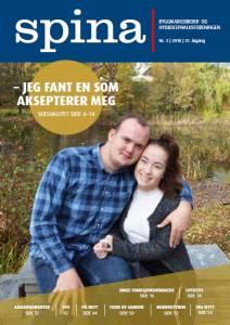 Forsidebilde til medlemsbladet Spina nr. 3 2018. Viser et ungt kjærestepar som sitter på en stenbenk.