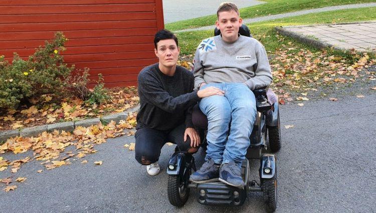 Fortvilet mor og sønn 17år som sitter i elektrisk rullestol.