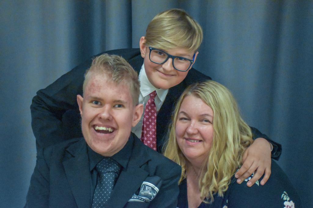 Ørjan sammen med mor og lillebror.