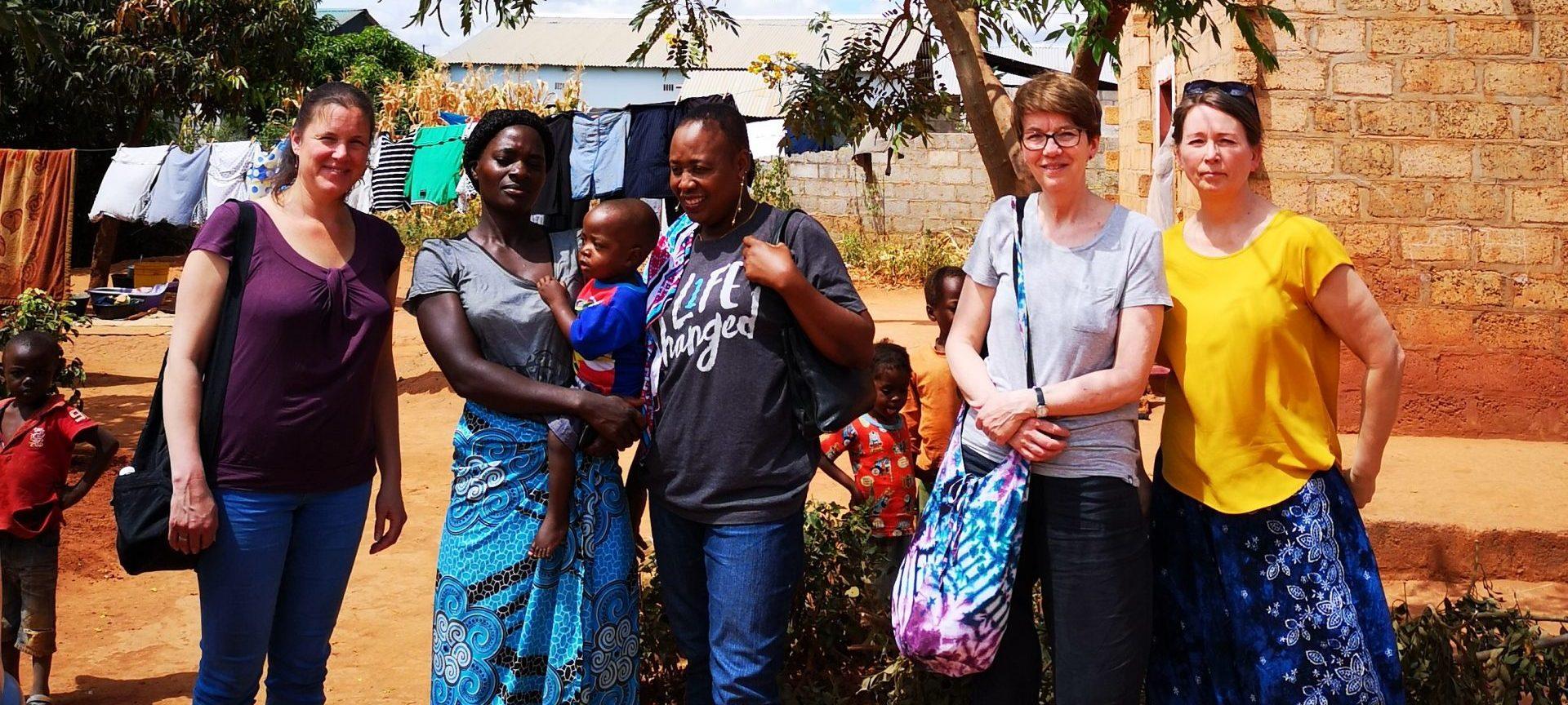 Tre representanter fra internasjonalt utvalg i foreningen sammen med to afrikanske kvinner i Zambia.