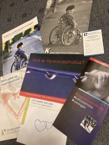 Brosjyrer om ryggmargsbrokk og hydrocephalus.