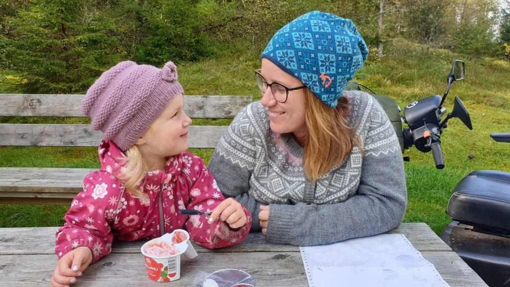 Christel (34) sammen med sin lille datter Adelen (3).