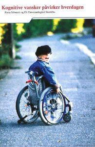 Forsiden til brosjyren Kognitive vansker påvirker hverdagen. Viser en glad gutt i rullestol.