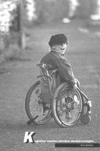 Forsiden til brosjyren Kognitive vansker påvirker skolehverdagen. Viser en glad gutt i rullestol.