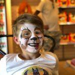 Kasper, liten gutt med ansiktsmaling som en panda