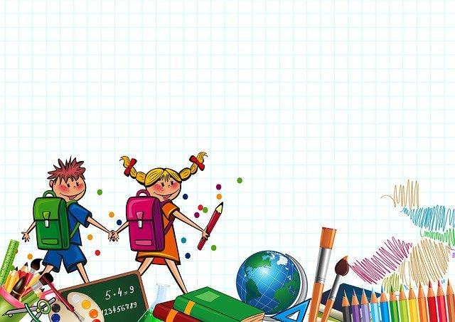 En liten gutt og jente med skolesekk på ryggen går hånd i hånd og smiler. I underkant ser man tegnestifter, en globus, en grønn tavle og pensler