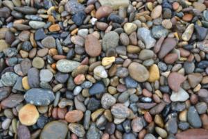 Mange små stener i ulike farger og størrelser