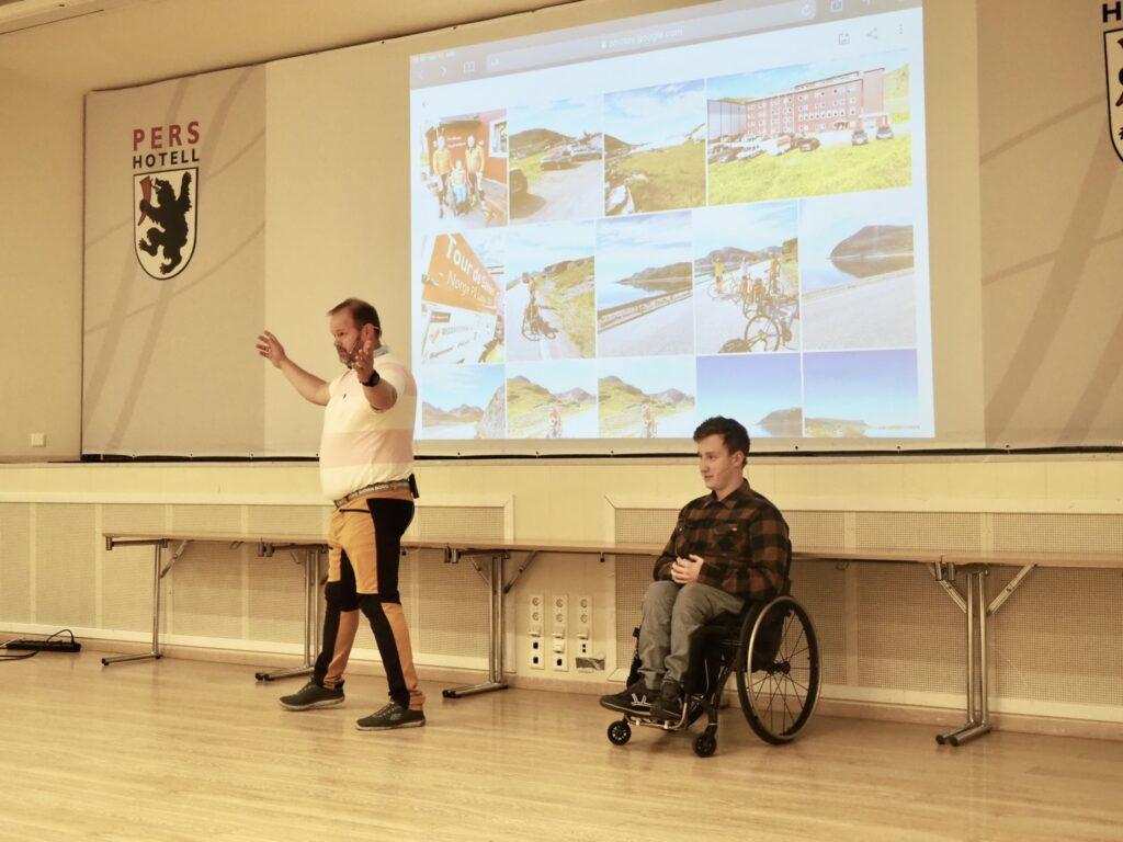 Mann og gutt i rullestol holder foredrag på Pers Hotell på Gol.
