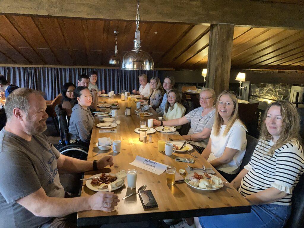 Medlemmer i RHØst sitter å spiser rundt et bord i restauranten på Pers Hotell på Gol.